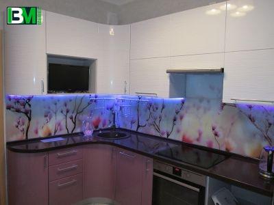 розовая глянцевая кухня из пластика со столешницей из искусственного камня