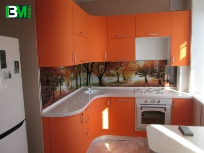 оранжевая угловая кухня МДФ крашенный со столешницей из искусственного камня