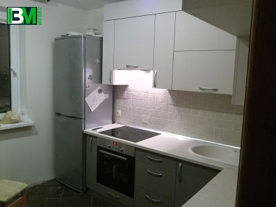 белая кухня из ЛДСП с матовыми фасадами