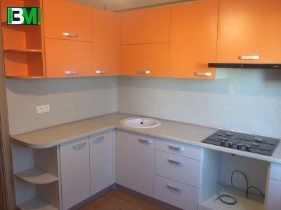 оранжевая угловая кухня из ЛДСП с матовыми фасадами