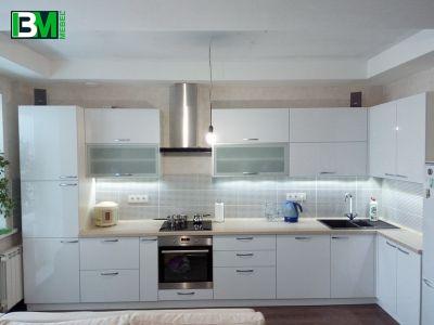 белая кухня из акрила угловая с глянцевыми фасадами