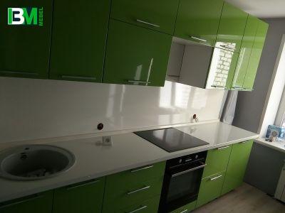 Прямая зеленая кухня из акрила с глянцевыми фасадами