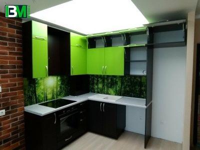 черно зеленая кухня пластиковая угловая со скинали