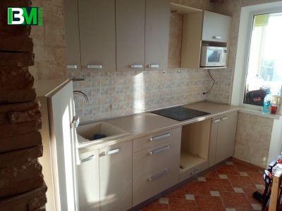 серая кухня из ЛДСП прямая с матовыми фасадами