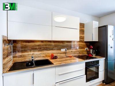белая акриловая кухня с глянцевыми фасадами со скинали