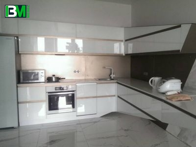 белая угловая кухня из акрила с коричневыми элементами