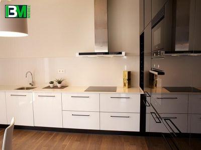черно белая акриловая угловая кухня с холодильником