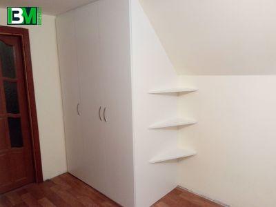 белый распашной шкаф с боковыми полками в спальню или прихожую