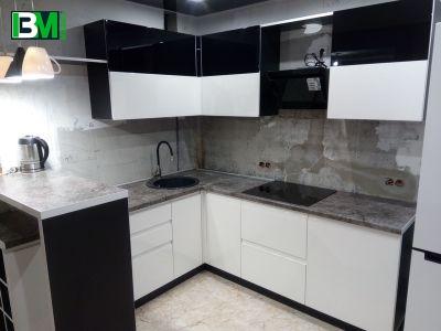 черно белая угловая кухня с барной стойкой