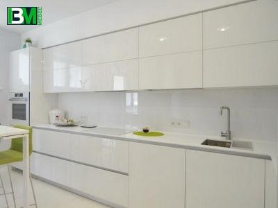 белая глянцевая угловая кухня МДФ крашенный со скинали