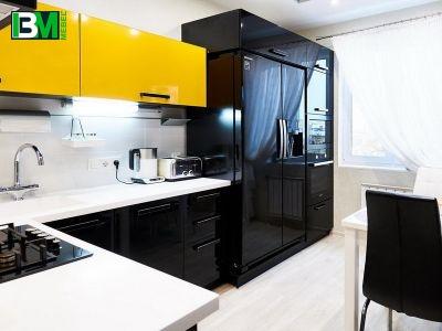 черно желтая кухня из пластика и акрила со столешницей из искусственного камня