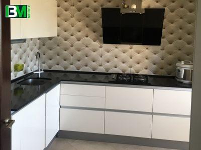 белая с черным угловая кухня МДФ крашенный со столешницей из искусственного камня