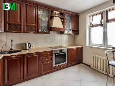 коричневая классическая кухня из массива со столешницей из искусственного камня