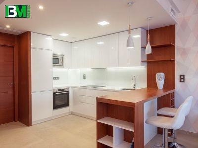 п образная бело коричневая кухня МДФ крашенный с барной стойкой