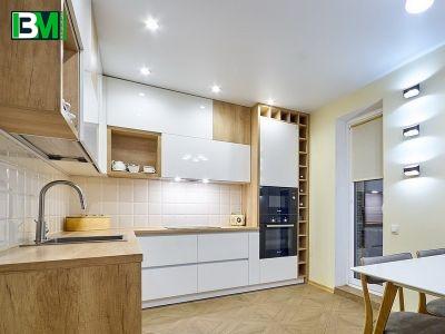 белая кухня из акрила со светло коричневыми ЛДСП элементами под дерево