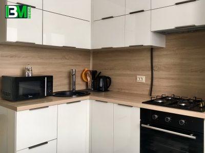 белая глянцевая угловая кухня МДФ пленочный со скинали