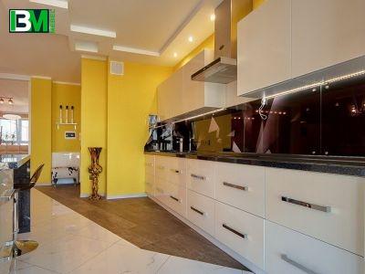 белая с серым акриловая кухня со столешницей из искусственного камня