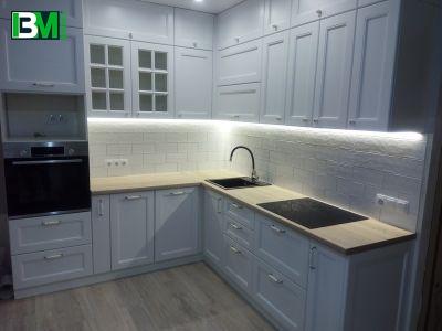 белая угловая кухня в классическом стиле из крашенного МДФ