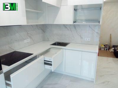 белая угловая кухня с барной стойкой и холодильником МДФ крашенный