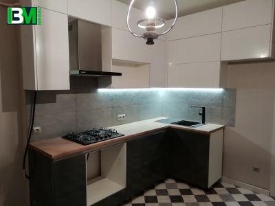 бело коричневая угловая кухня МДФ пленочный