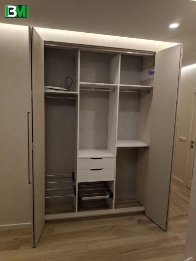 серый распашной шкаф в прихожую