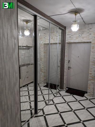 большой гардероб с зеркальными дверями купе в прихожую