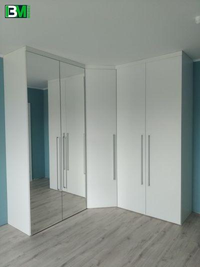 белый угловой распашной шкаф с зеркалами