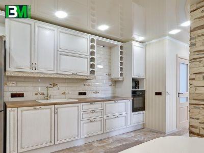 белая кухня из массива с коричневой столешницей