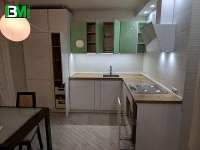 бело зеленая угловая кухня МДФ крашенный