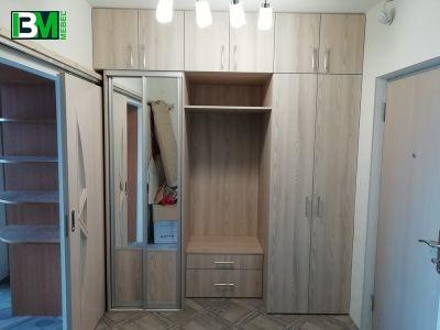 коричневая прихожая со шкафом купе и зеркалом