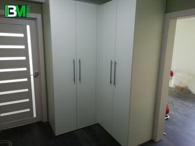 белый угловой распашной шкаф