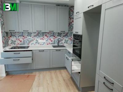 серая угловая кухня из массива с матовой поверхностью