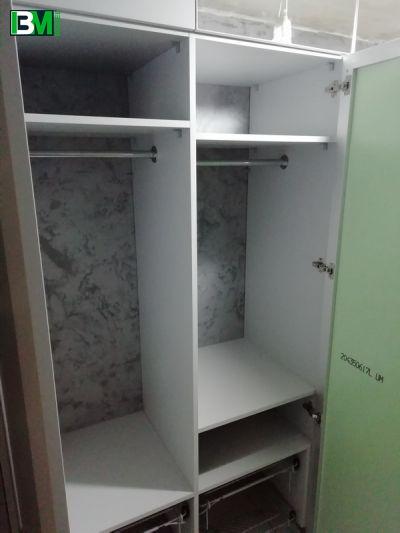 серый встроенный распашной шкаф с зеркалами и антресолями